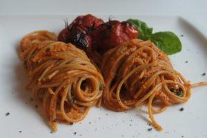 Pasta mit Cashewsauce und Backofentomaten