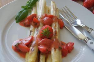 Weisser Spargel mit Erdbeer-Vinaigrette
