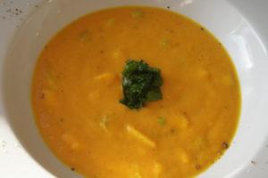 Vegane Möhren-Kokos-Suppe mit gewürfelter Mango