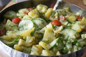 Kartoffel-Gurken-Salat mit Zwiebel-Kräuter-Brühe